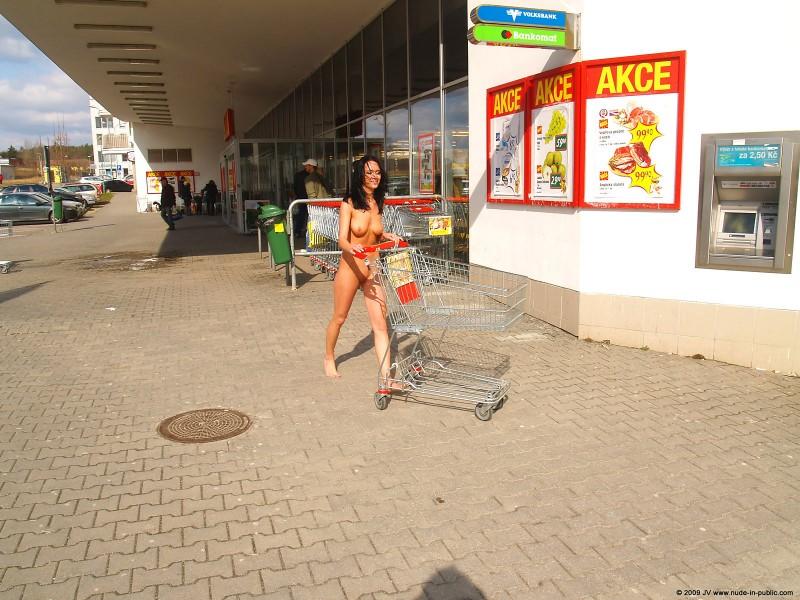 gwen-nude-brunette-public-06