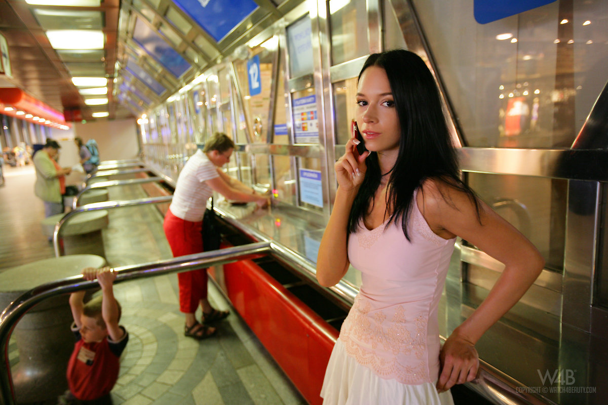 gwen-public-nude-in-train-watch4beauty-01