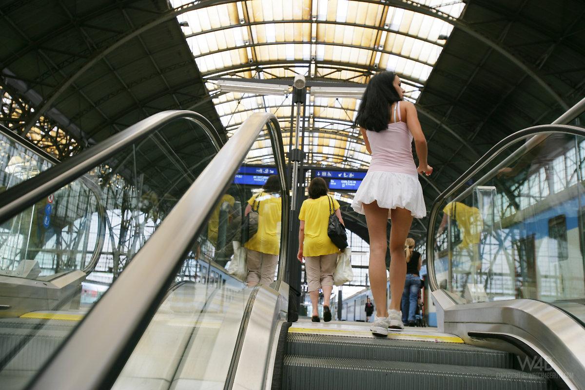 gwen-public-nude-in-train-watch4beauty-03