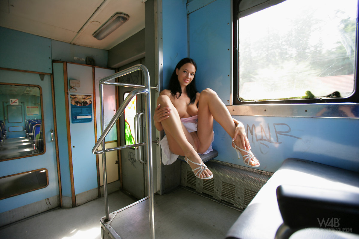gwen-public-nude-in-train-watch4beauty-09