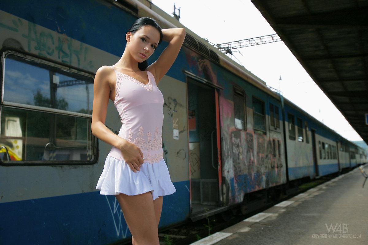 gwen-public-nude-in-train-watch4beauty-13
