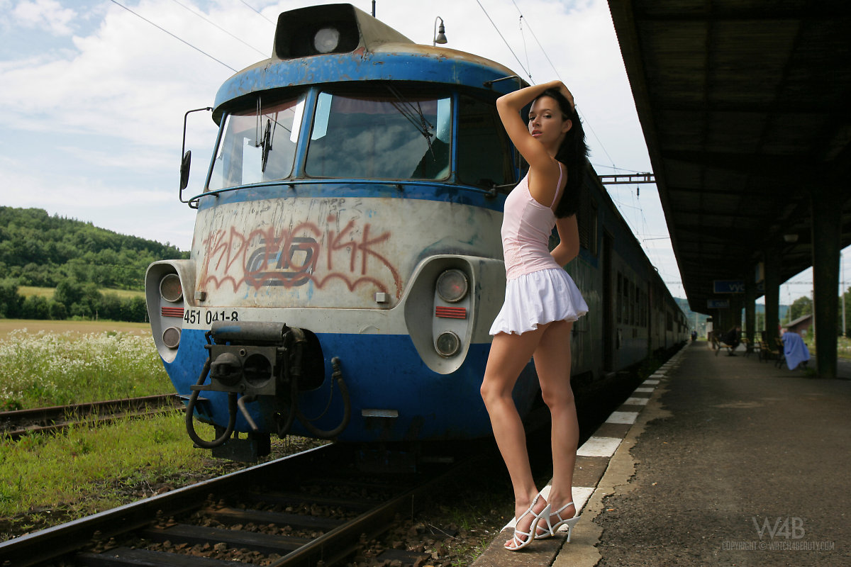 gwen-public-nude-in-train-watch4beauty-14