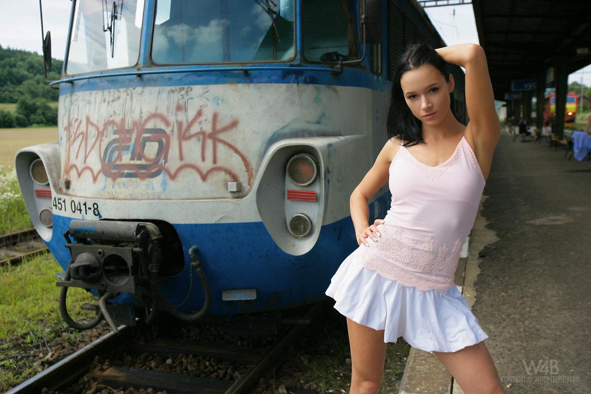 gwen-public-nude-in-train-watch4beauty-16