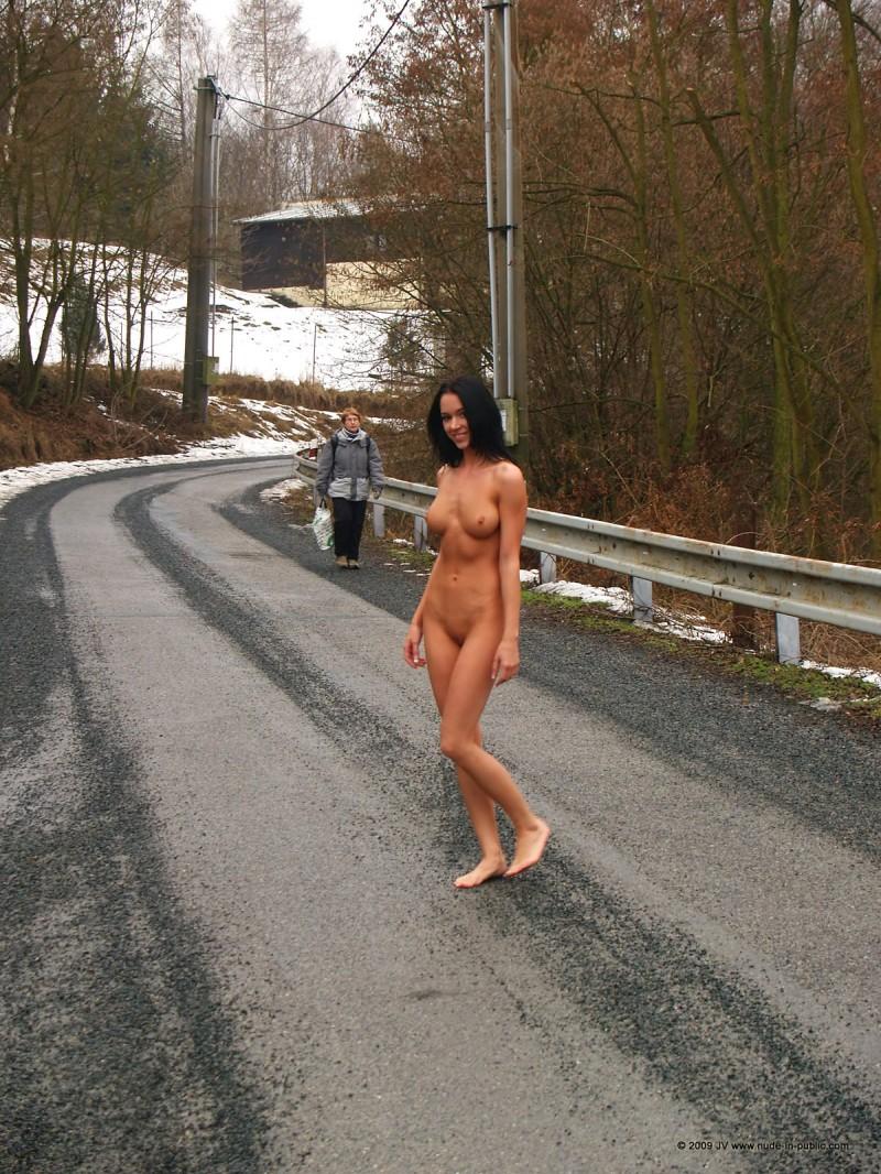 gwen-nude-in-public-01