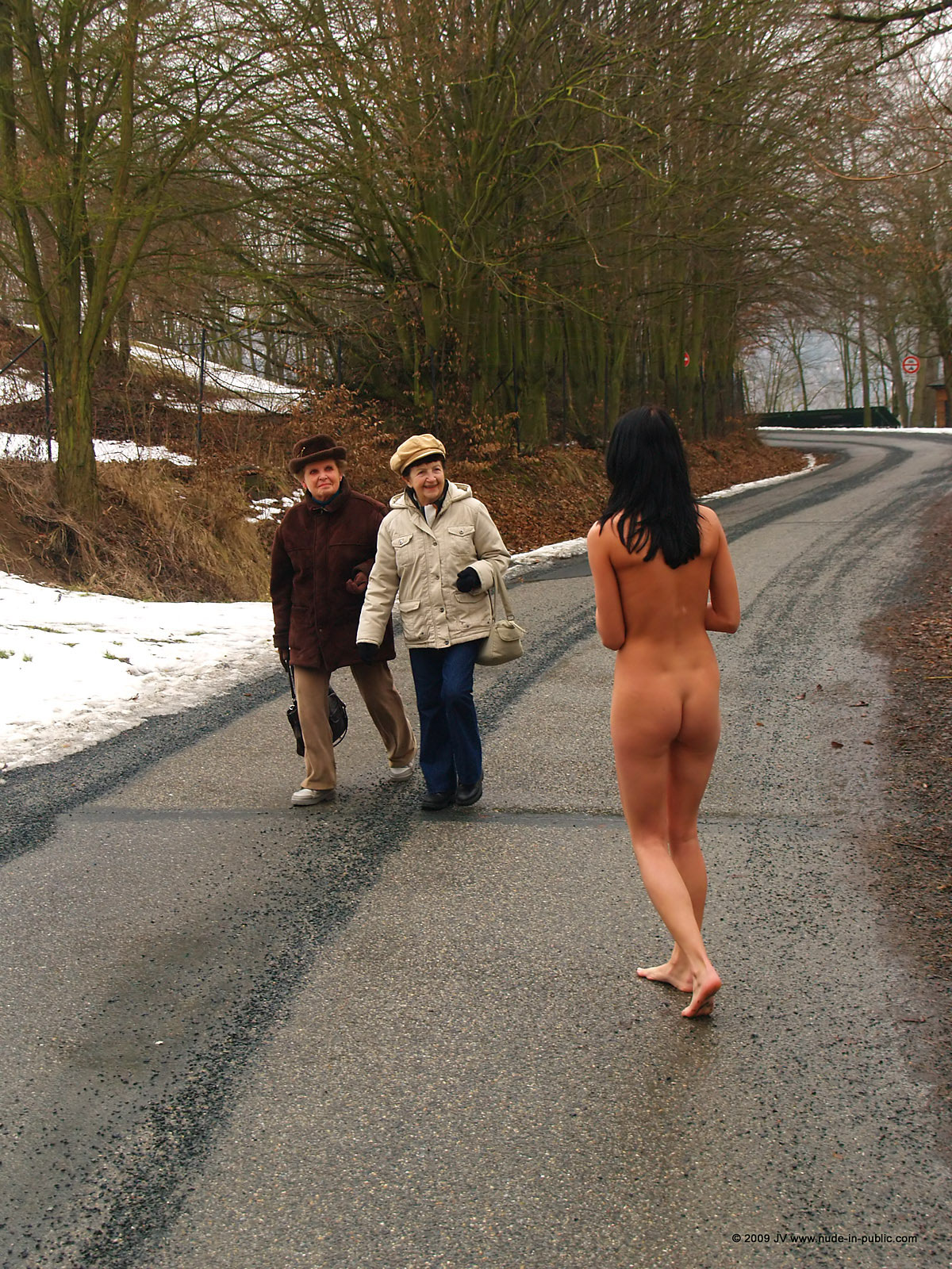 gwen-nude-in-public-02