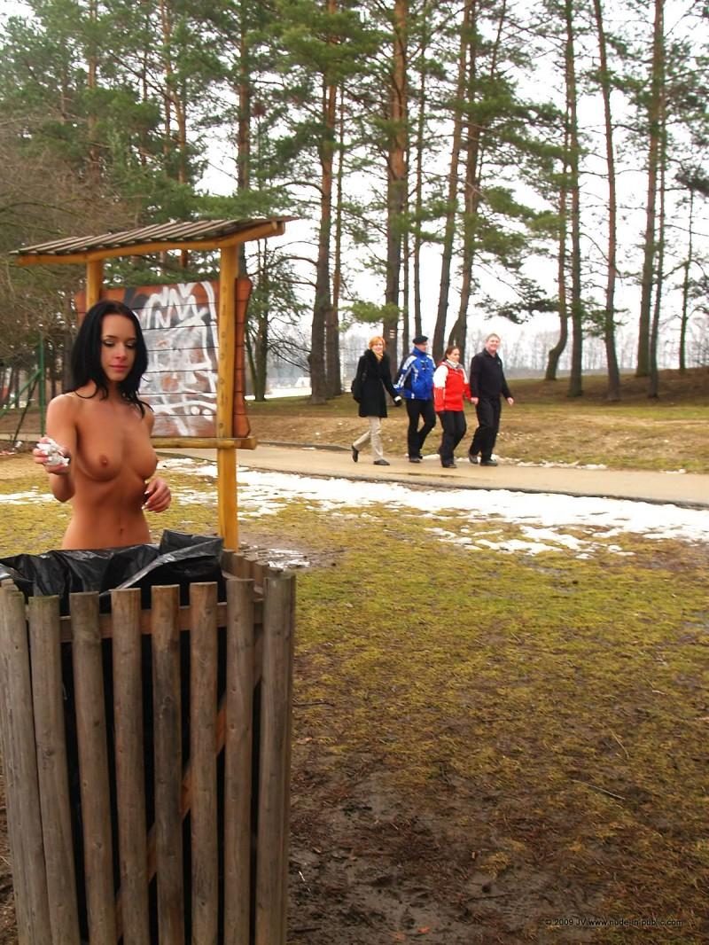 gwen-nude-in-public-11