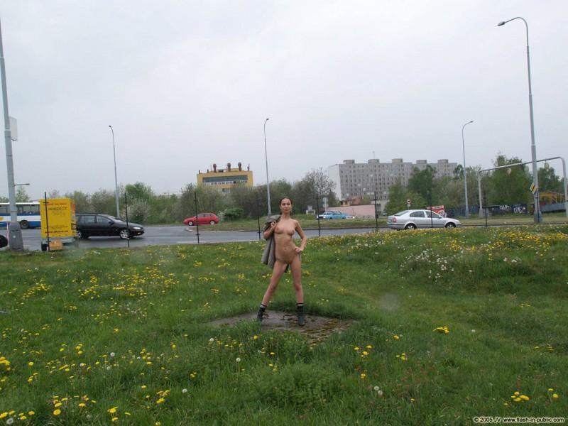 hana-slavickova-nude-flash-in-public-01