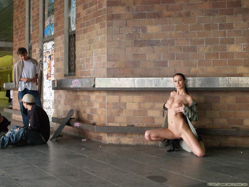 hana-slavickova-nude-flash-in-public-16