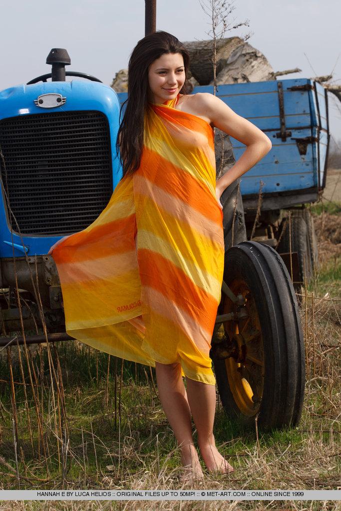 hannah-e-tractor-met-art-01