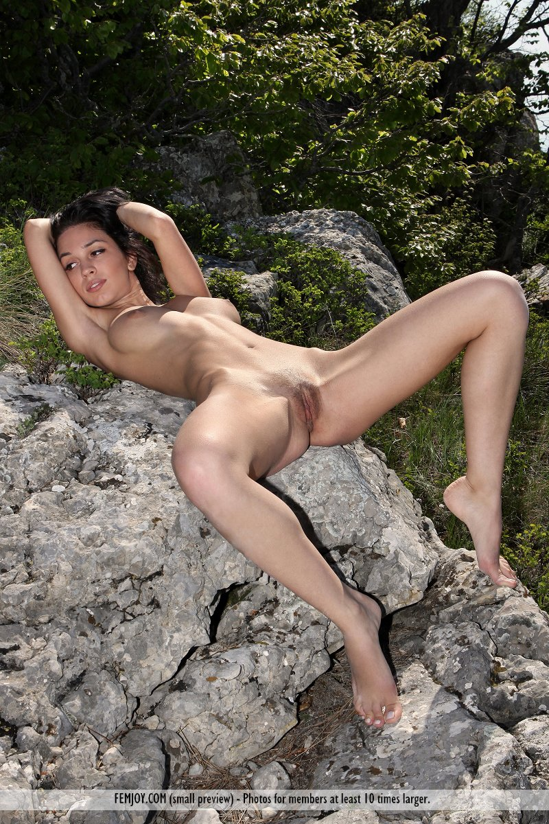 vic-e-mountains-nude-socks-femjoy-07