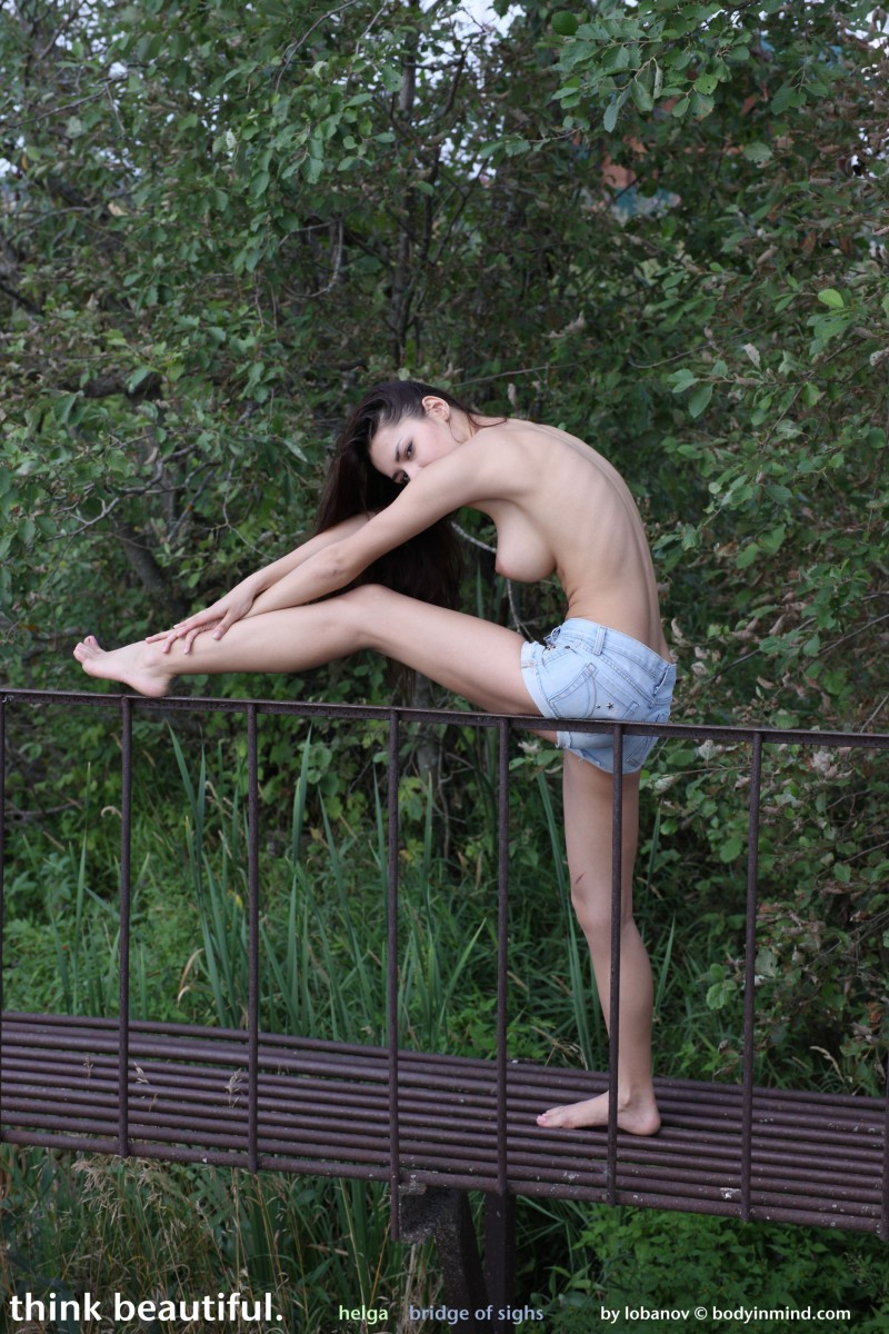 helga-boobs-shorts-naked-bodyinmind-08