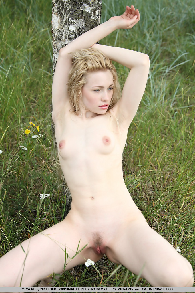 olya-n-meadow-naked-young-metart-02