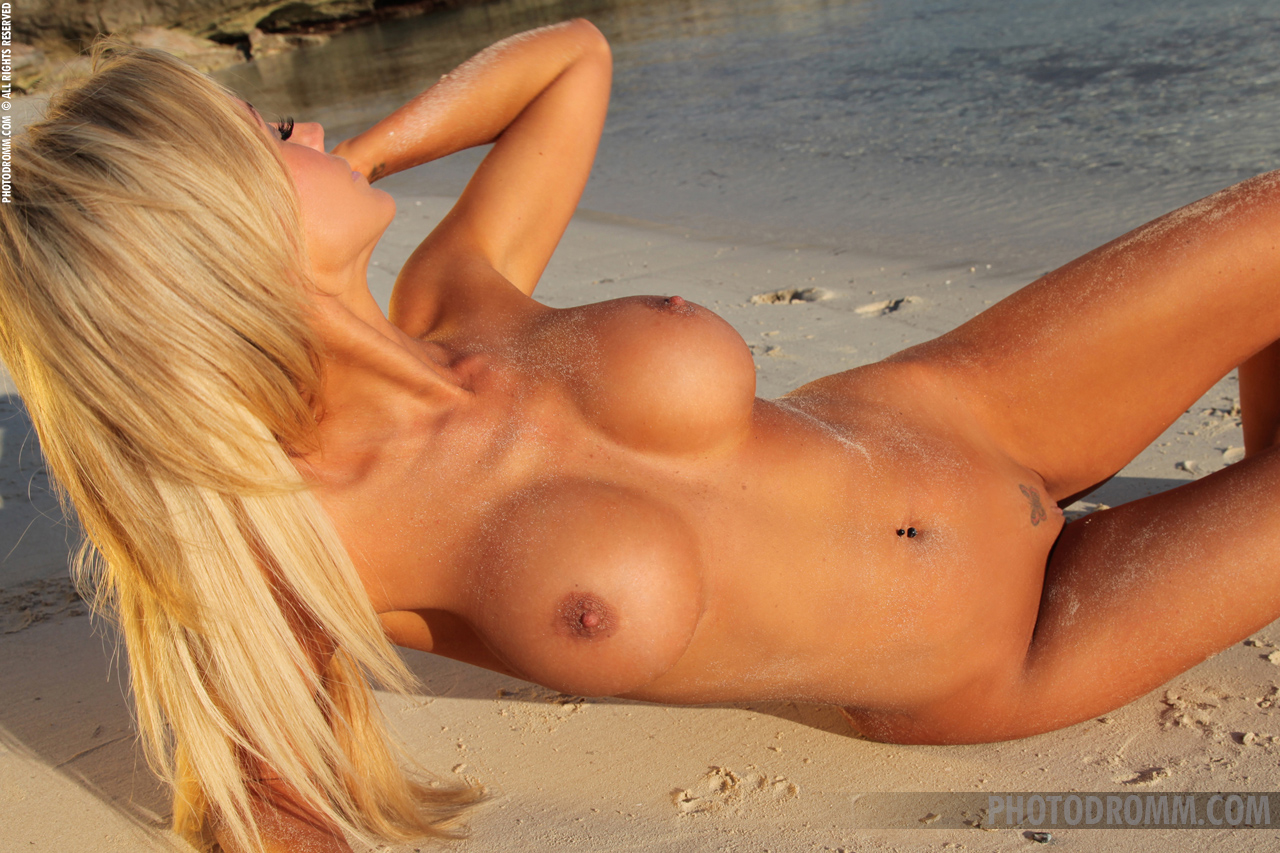 holly-henderson-tits-seaside-naked-sunglasses-photodromm-09