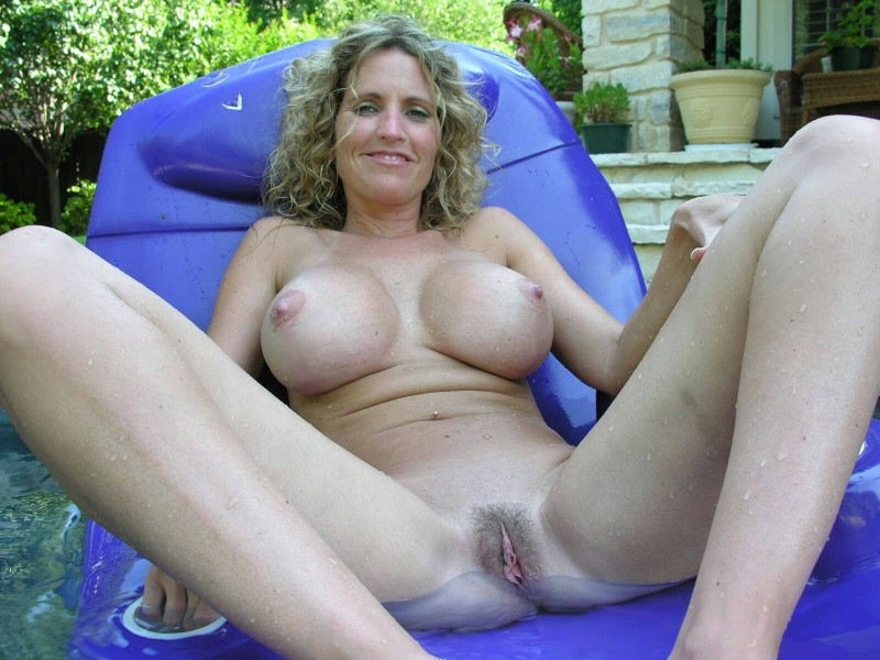 nude Mom pool