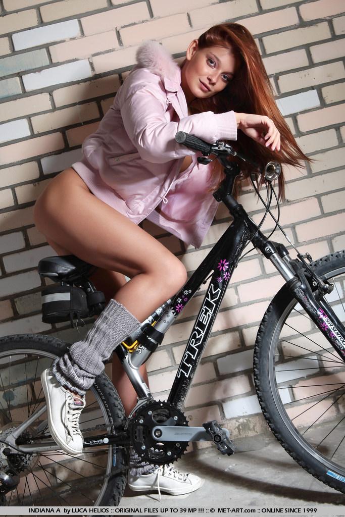 indiana-a-leg-warmers-bike-met-art-03