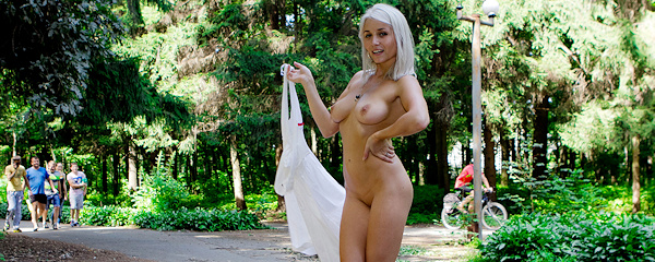 Isabella – Nude in the park