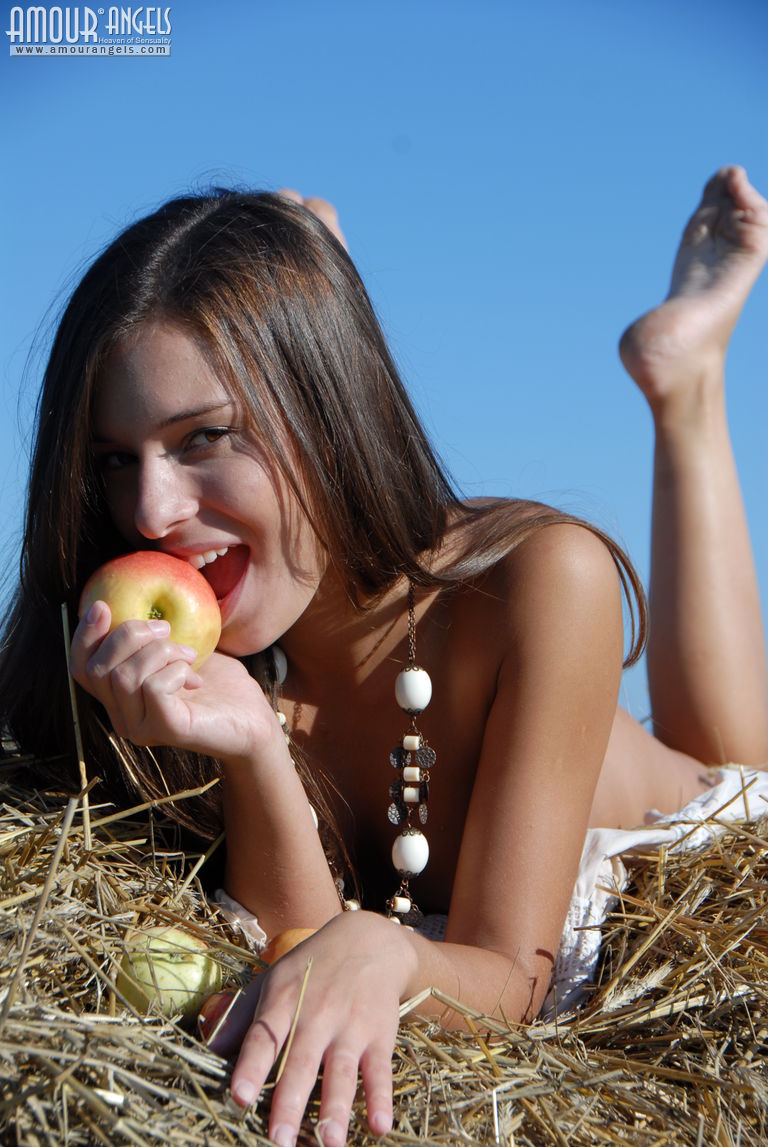 monika-apples-hayrick-amour-angels-17