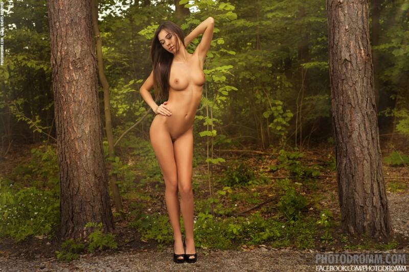 jackie-nude-forest-road-photodromm-09