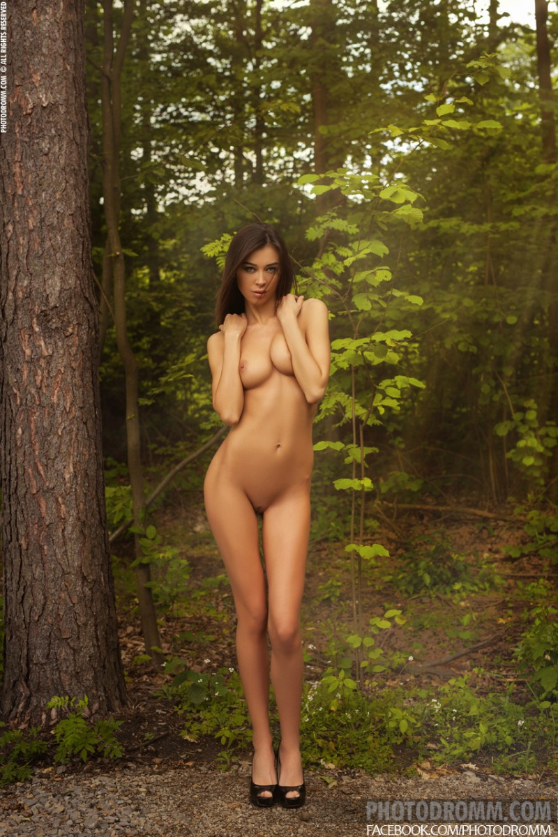 jackie-nude-forest-road-photodromm-10