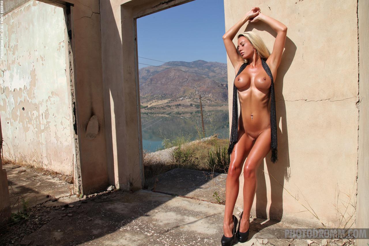 janine-blonde-nude-high-heels-big-tits-photodromm-07