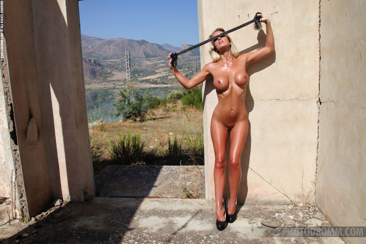 janine-blonde-nude-high-heels-big-tits-photodromm-10
