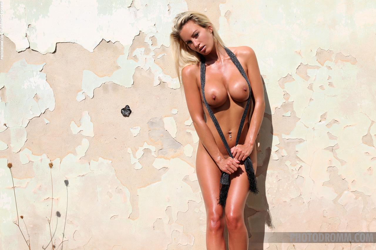janine-blonde-nude-high-heels-big-tits-photodromm-11