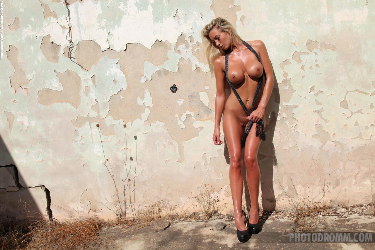 janine-blonde-nude-high-heels-big-tits-photodromm-12