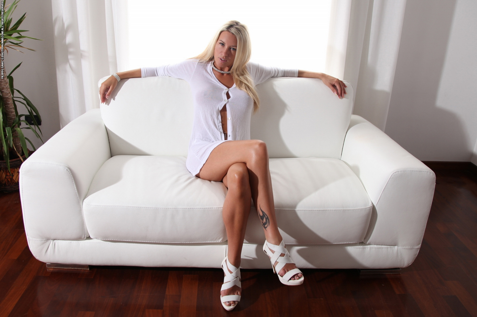 janine-naked-on-couch-busty-blonde-photodromm-01
