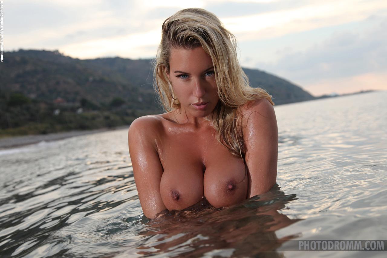 janine-seaside-boobs-bikini-boobs-photodromm-06