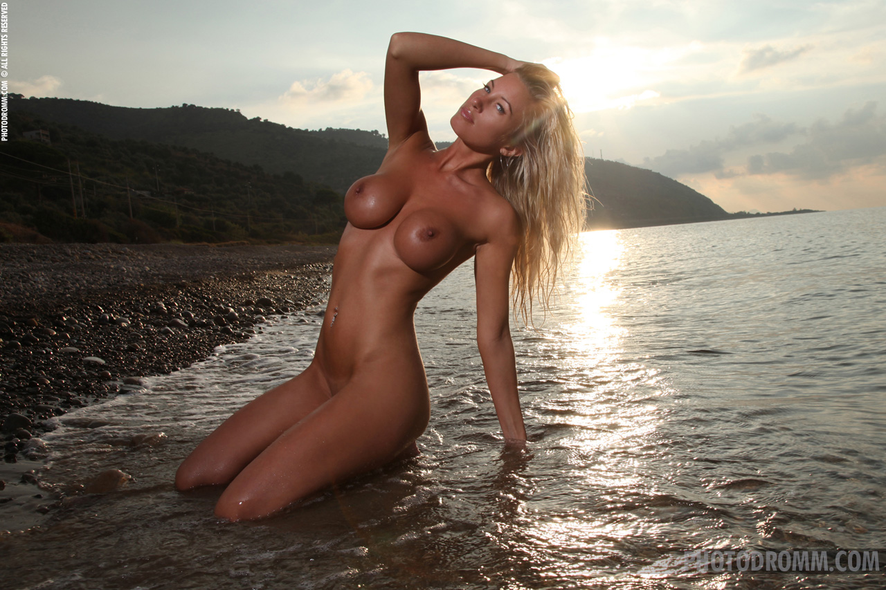 janine-seaside-boobs-bikini-boobs-photodromm-11