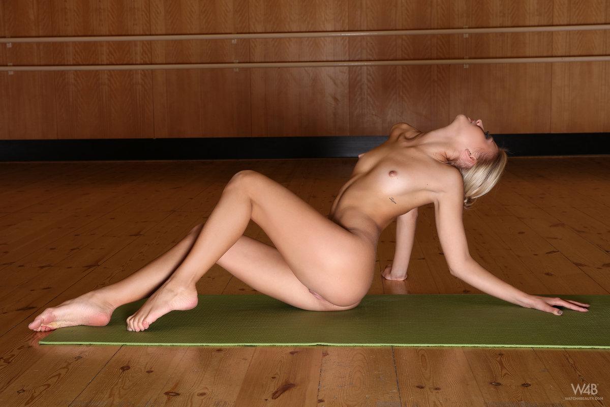 jati-exercising-nude-blonde-watch4beauty-05