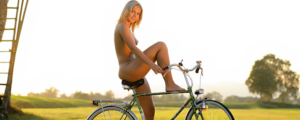 Jenni – Naked cyclist girl