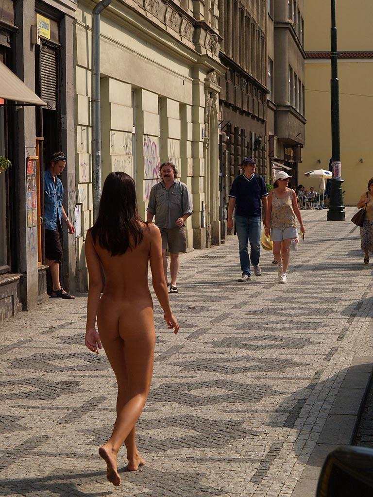jirina-k-nude-on-the-street-of-prague-10