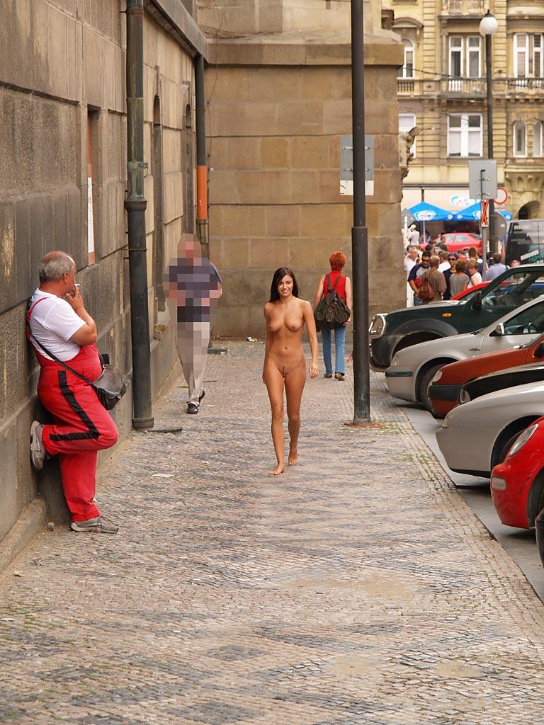 jirina-k-nude-on-the-street-of-prague-13