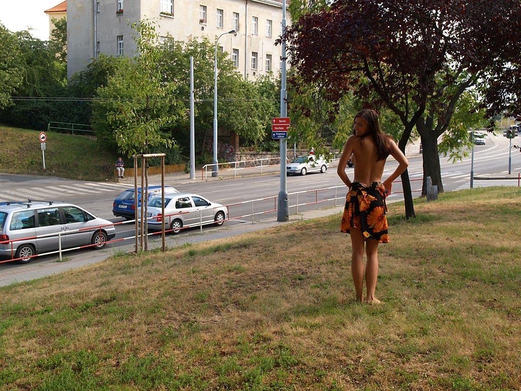 jirina-k-park-prague-naked-in-public-03