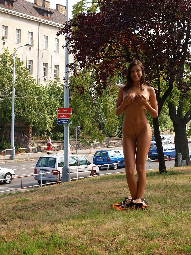 jirina-k-park-prague-naked-in-public-05