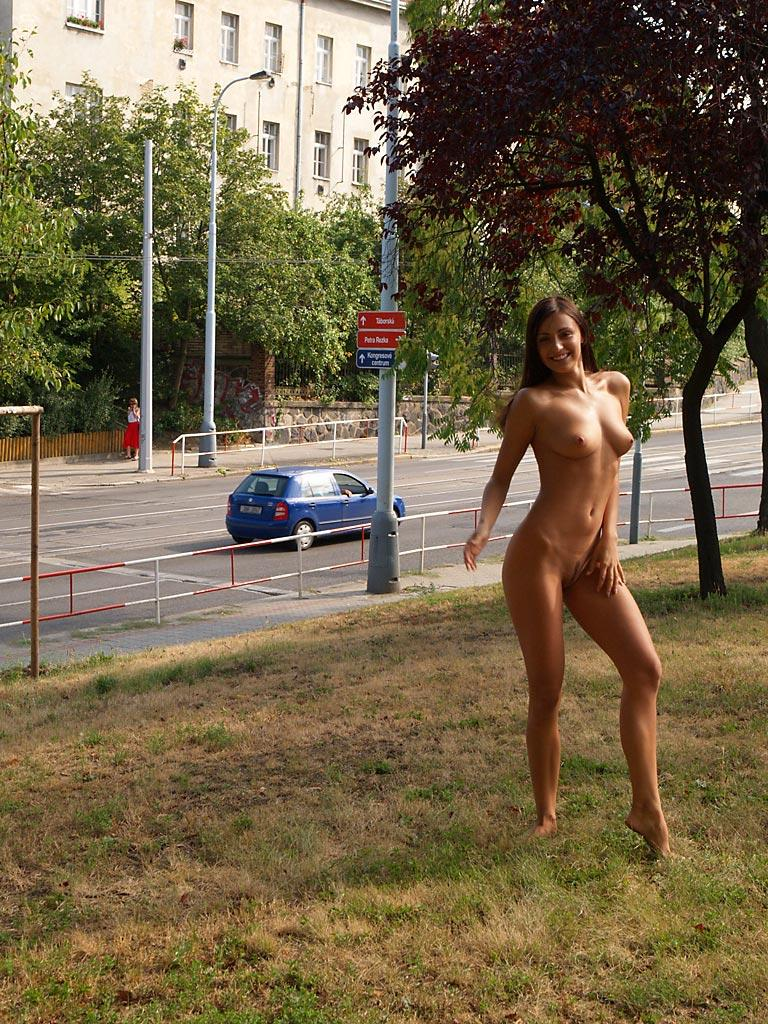 jirina-k-park-prague-naked-in-public-07