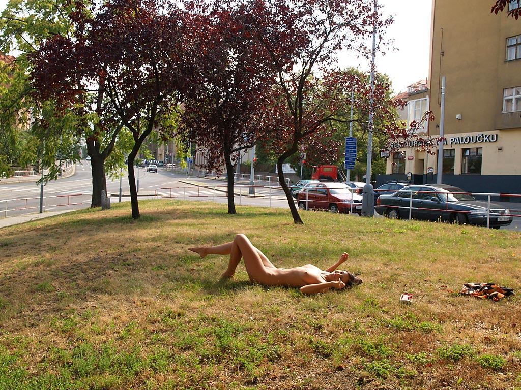 jirina-k-park-prague-naked-in-public-10