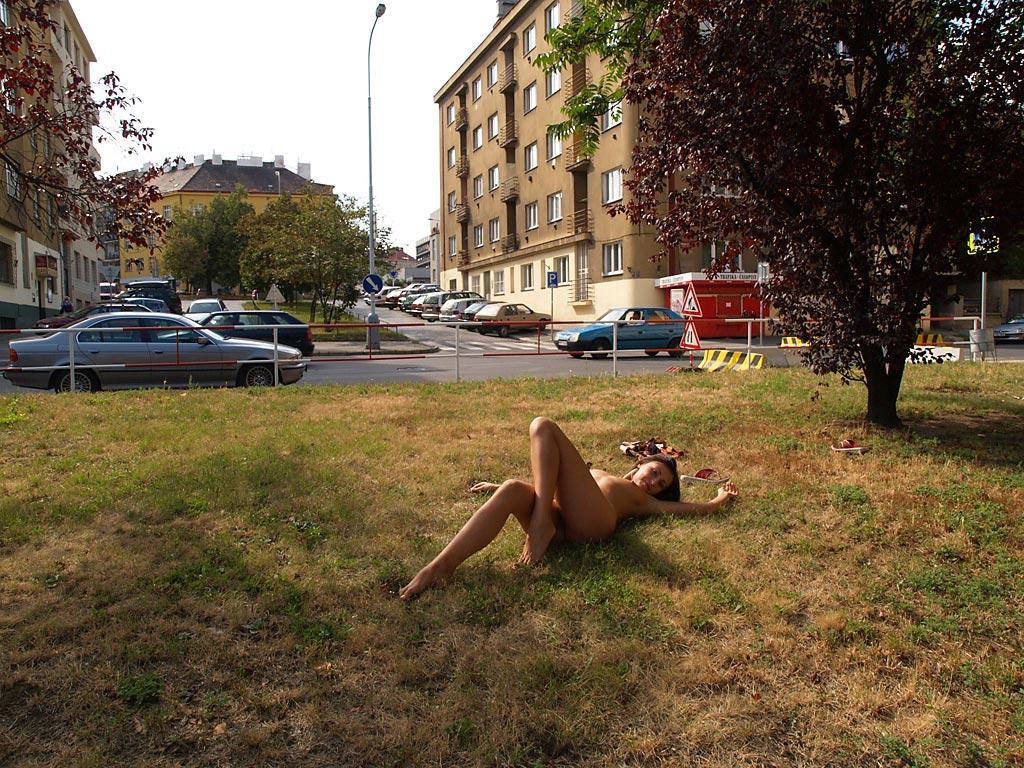 jirina-k-park-prague-naked-in-public-14