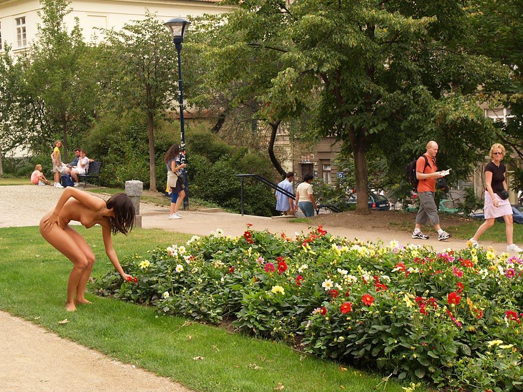jirina-k-park-prague-naked-in-public-25