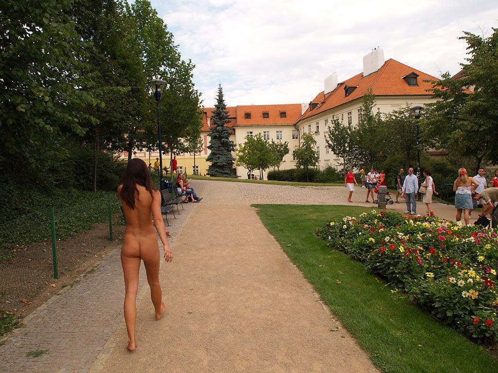 jirina-k-park-prague-naked-in-public-35