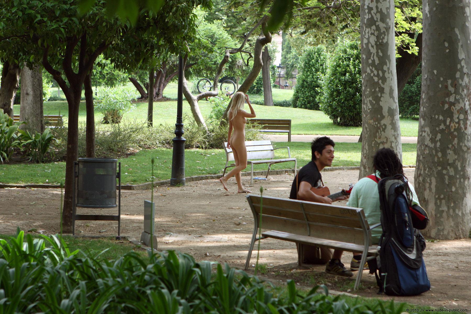 judita-blonde-naked-in-park-barcelona-public-07