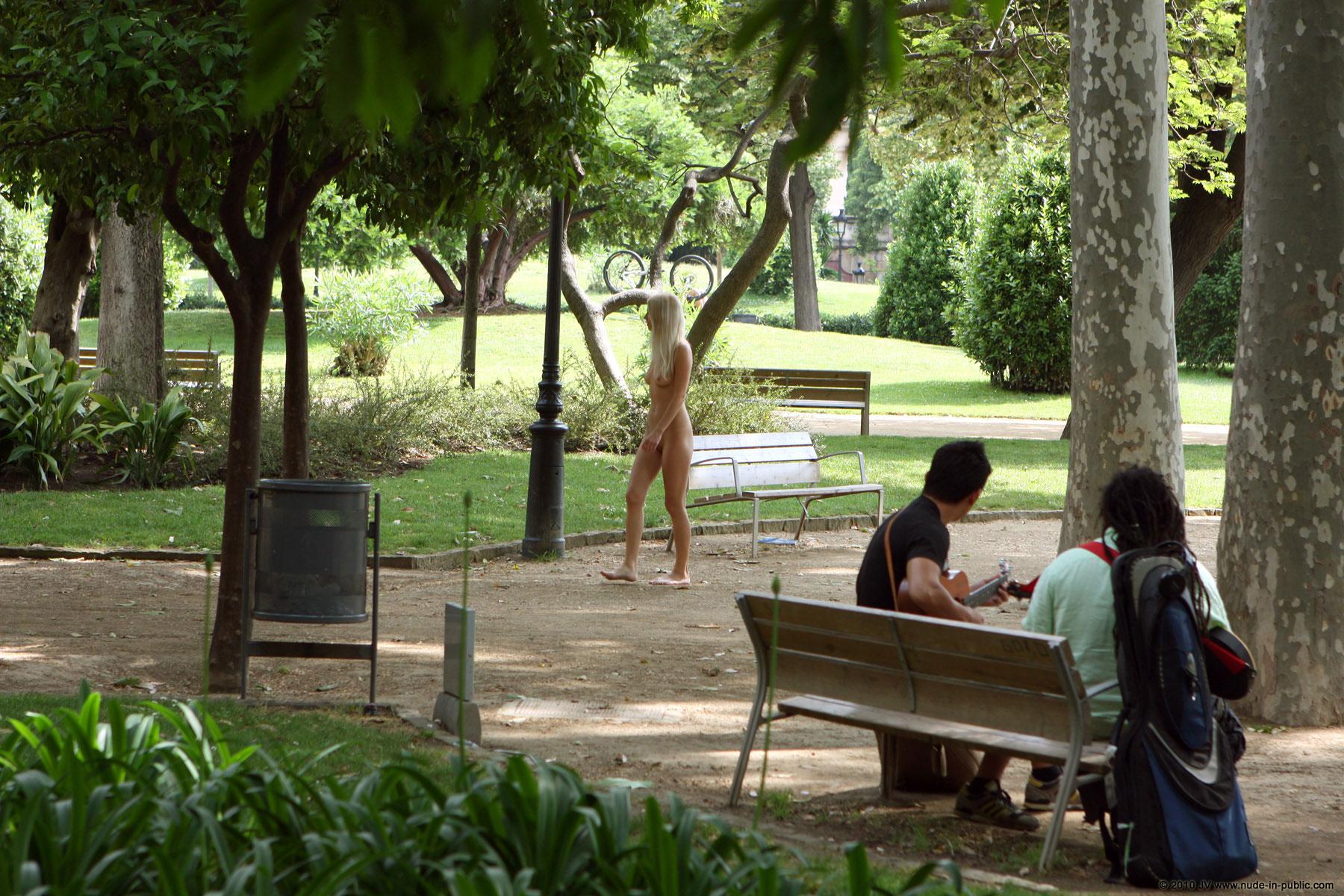 judita-blonde-naked-in-park-barcelona-public-08