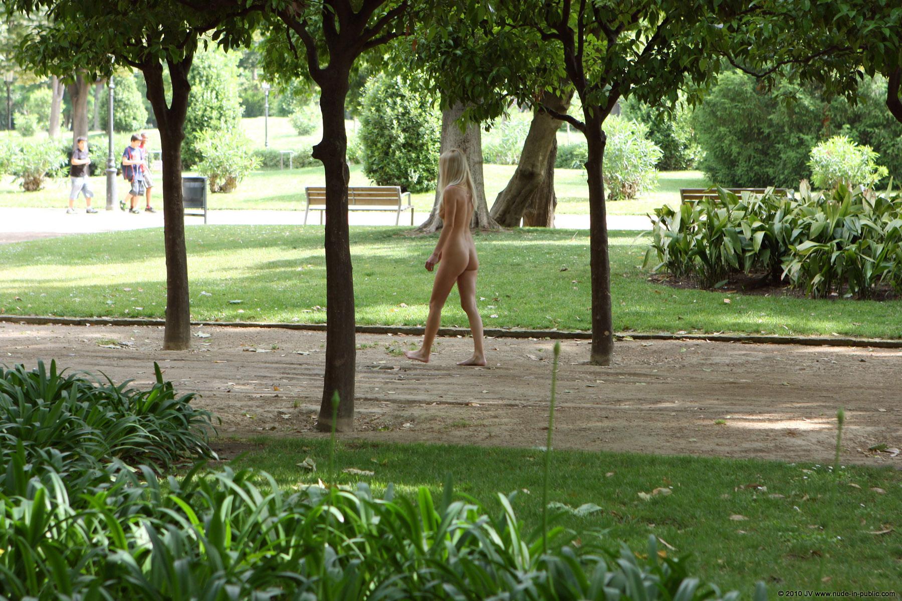 judita-blonde-naked-in-park-barcelona-public-09