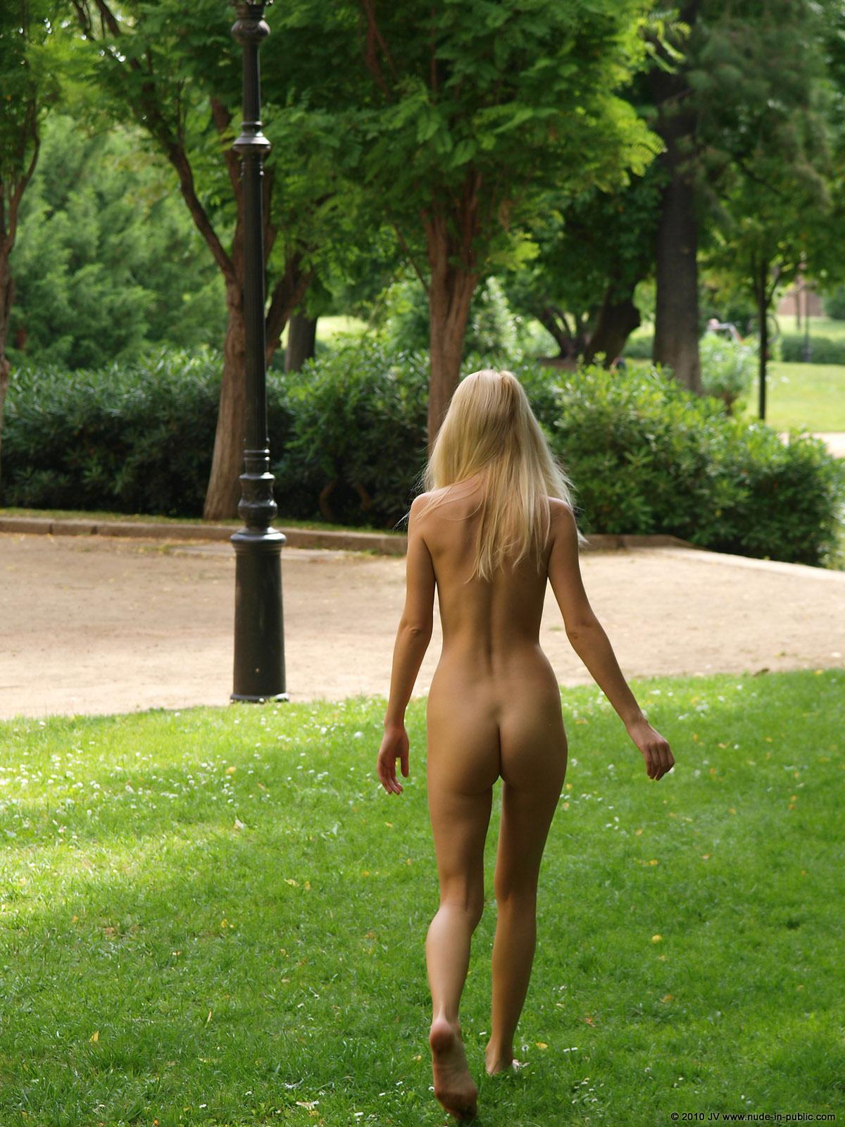 judita-blonde-naked-in-park-barcelona-public-16