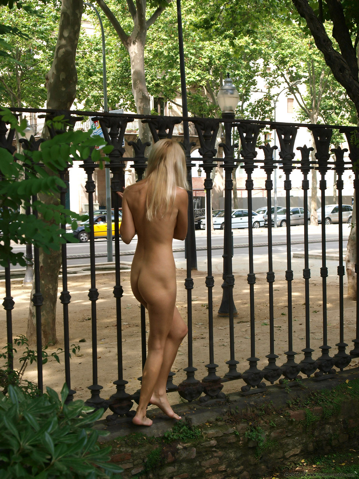 judita-blonde-naked-in-park-barcelona-public-17