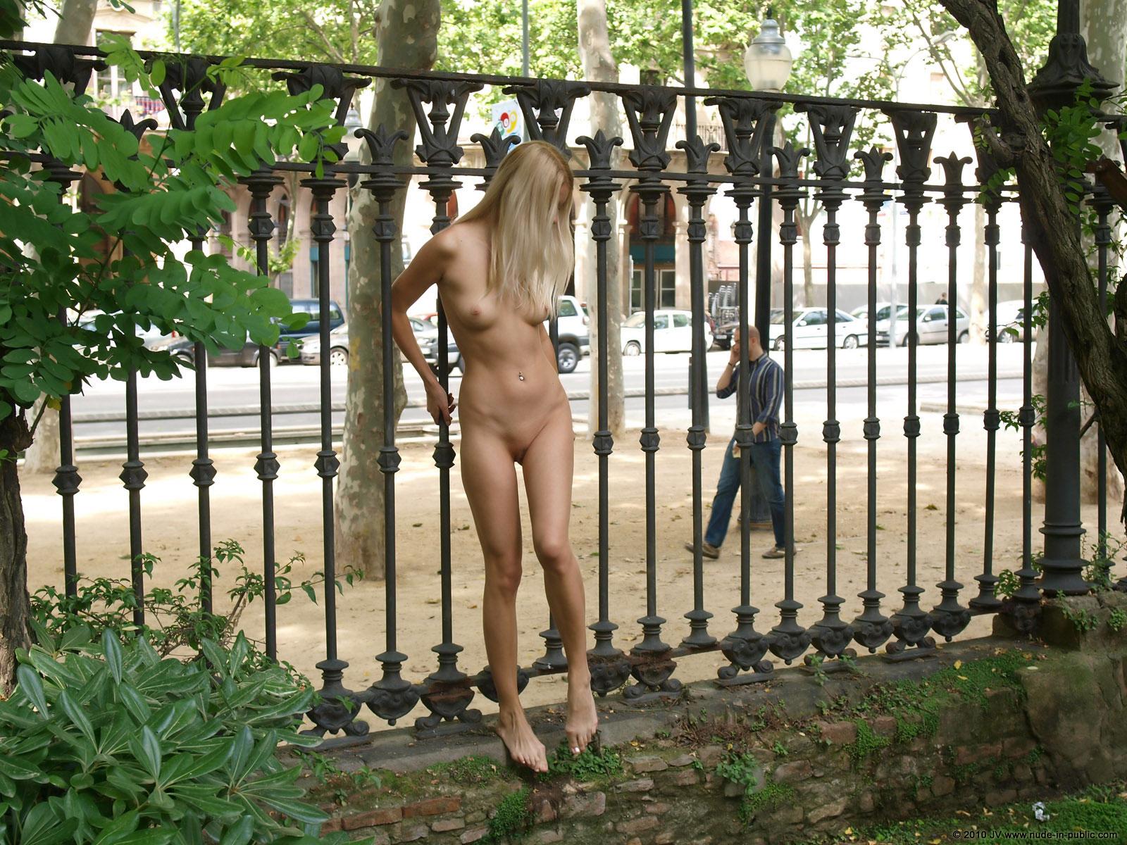 judita-blonde-naked-in-park-barcelona-public-18