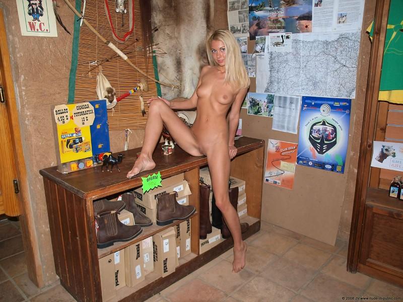judita-bar-nude-in-public-05