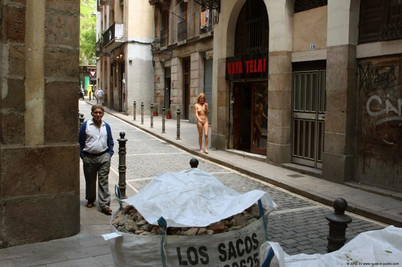 judita-nude-barcelona-public-01