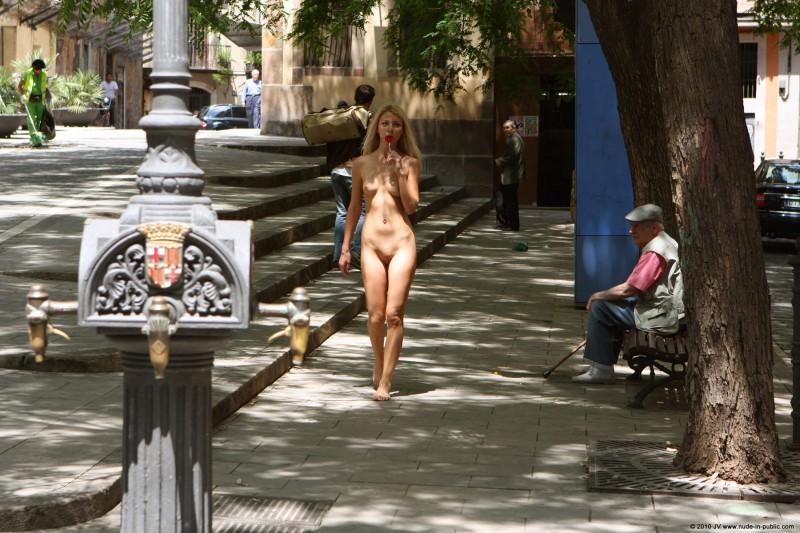 judita-nude-barcelona-public-02